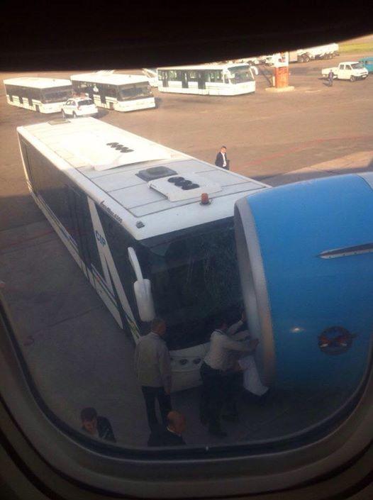 Тошкент аэропортида автобус самолёт билан тўқнашиб кетди