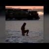"Музлаган Каспий денгизига тушган ""ялонғоч аёл"" ижтимоий тармоқни ҳайратга солди (видео)"