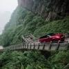 Range Rover гибриди 999 та тик пиллапояни босиб ўтди (видео)