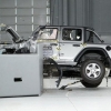 Jeep Wrangler krash-test vaqtida ikki marta ag'darilib ketdi (video)
