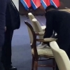 KXDR prezidentining qoʻriqchisi u oʻtiradigan stulni spirt bilan artdi (video)