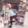 Супермаркетларнинг бирида йигит қизни ёқиб юборди (видео)