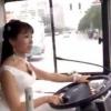 Kelin to'yiga yetib borish uchun avtobusni o'zi boshqardi (video)