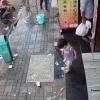 Ота икки қадам наридаги қизининг ўғирлаб кетилганини сезмай қолди (видео)