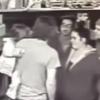 Тўрт яшар қизалоғини кўтариб олган эркакни аёвсиз калтаклашди (видео)
