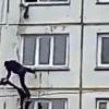 Қўлбола арқонда пастга тушмоқчи бўлган эркак 4-қаватдан қулади (видео)