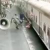 Ҳаракатланаётган поезд тагига тушиб кетган қизалоқ омон қолди (видео)