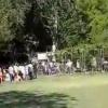 Навоийда абитуриентлар ҳужжат топшириш учун панжарани қулатиб ичкарига югуришди (видео)
