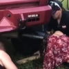 Америкалик қизнинг боши автомобиль қувурига тиқилиб қолди (видео)