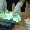 Oliy ta'lim vazirligi xodimi 3 ming AQSH dollari olayotgan paytda qoʻlga tushdi (foto)
