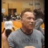 Номаълум шахс Арнольд Шварценеггерга қўққисдан ҳужум қилди (видео)