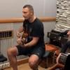 Кличко гитарада The Beatlesнинг қўшиғини куйлади (видео)