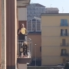 Карантиндаги италияликлар балконга чиқиб қўшиқ куйламоқда (видео)