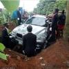 Нигерияда бадавлат ўғил отасини тобут ўрнига BMW машинасида дафн қилди