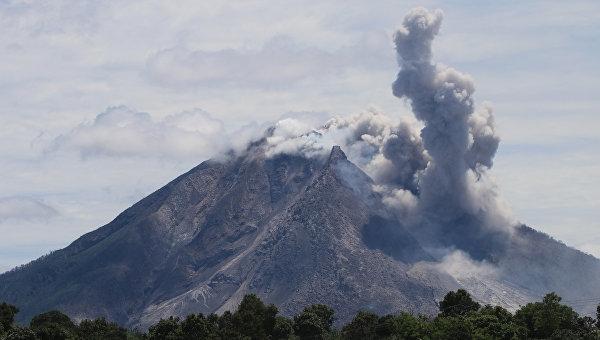 Индонезиядаги Тернате оролигади аэропорт вулқондан отилаётган кул сабабли ёпилди