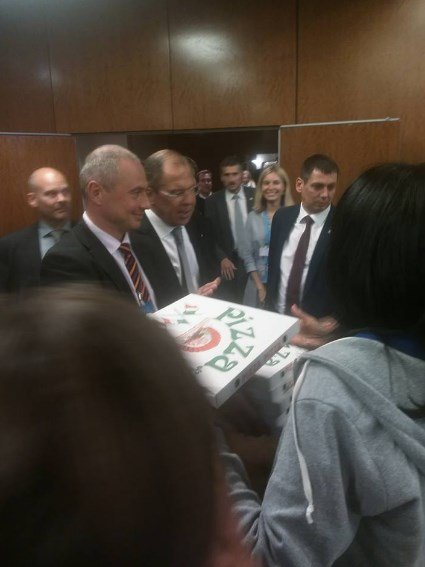 Лавров Керри билан музокараларнинг 15-соатида журналистларни пицца билан меҳмон қилди