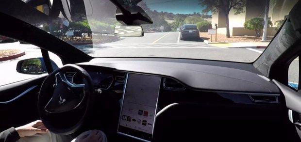 """""""Тесла""""нинг тўла автоном автомобили мустақил ҳаракатланаётгани видеоси намойиш этилди"""