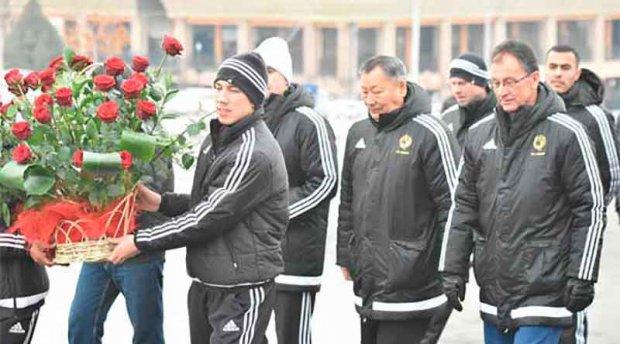 Футболчилар Ислом Каримов қабрини зиёрат қилишди (ФОТО)