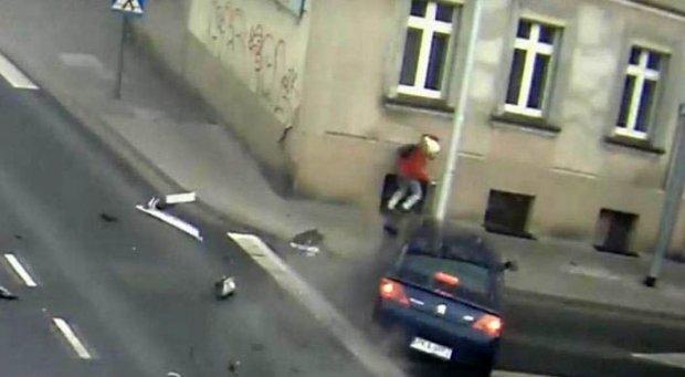 Катта тезликда келаётган автомобиль остида қолишдан қутулиб қолган қиз (Видео)