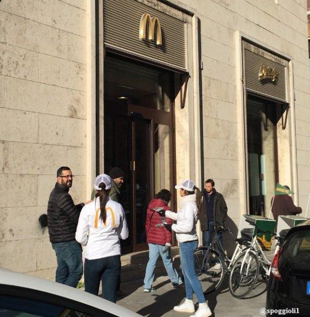 Римликлар Ватикан ҳудудида McDonald's очилганидан ғазабланишмоқда