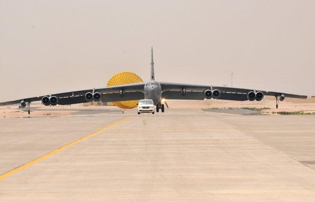 АҚШда B-52 бомбардимончи самолётининг двигатели узилиб тушди