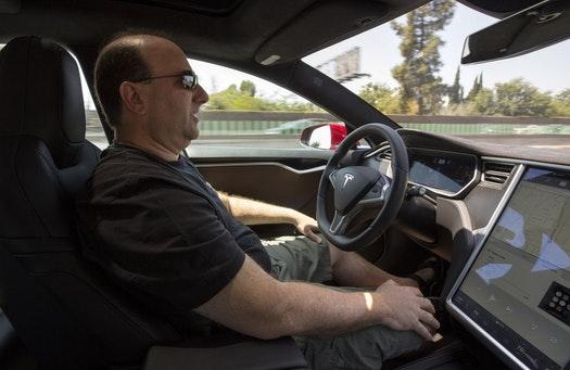 Автопилотда бошқарилаётган Tesla Миннесотада ағдарилиши оқибатида 5 киши жароҳатланди