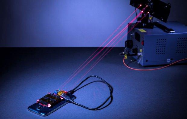Бунақаси бўлмаган: лазер мобил қурилмаларни масофадан қувватламоқда