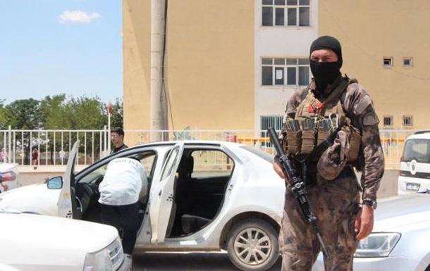 Туркияда полиция сайлов бюллетенларини олиб кетаётган машинани ўққа тутди