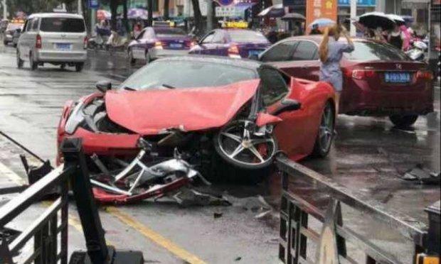 Xitoyda salondan yangi Ferrari haydab chiqqan qiz avariya sodir qildi (video)