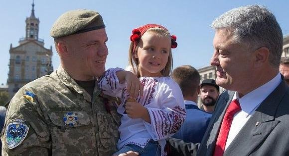 Порошенко украиналик ҳарбийлар отишмаларни тўхтатса нима бўлишини айтди
