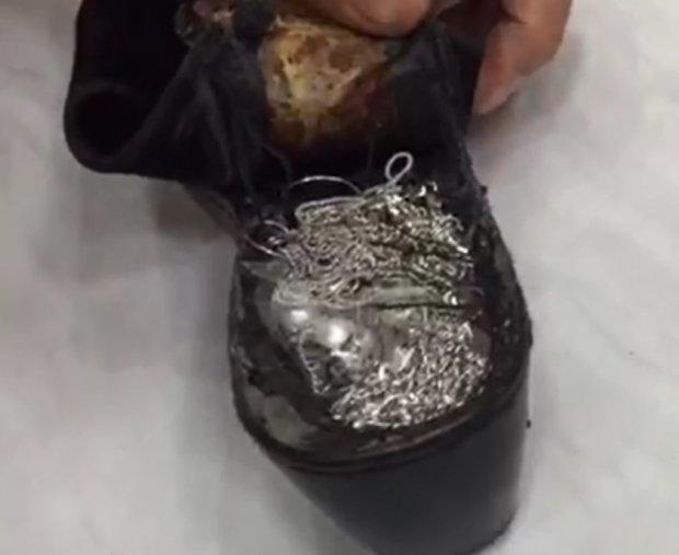 Оёқ кийими ичига яширилган заргарлик буюмлари фош қилинди (фото)