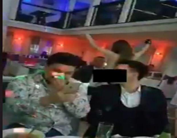 "Урганчдаги ресторанда қизлар ""стриптиз"" намойиш этмоқда (видео)"