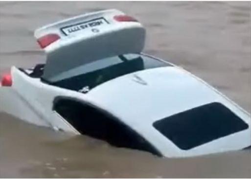 Ҳиндистонлик ўсмир Jaguar ўрнига совға қилинган BMW'ни дарёга чўктириб юборди (видео)