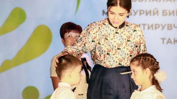 Шаҳноза Мирзиёева болаларга илк сертификатларни топширди
