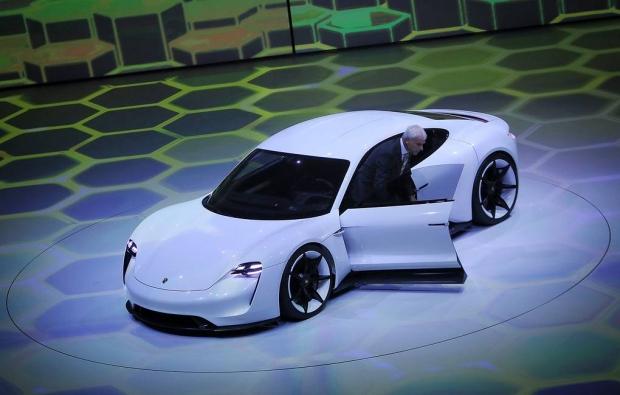 761 ot kuchi, quvvatlanishsiz 450 km: Porsche o'zining ilk elektromobilini taqdim qildi