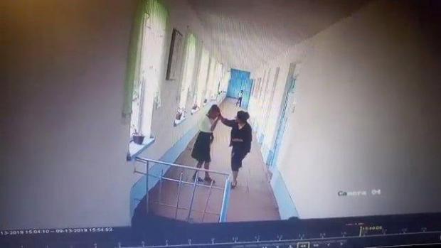 Ургутда ўқитувчи аёл ўқувчи қизни урди (видео)