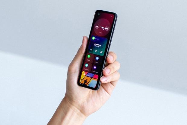 Android asoschisi televizor pultiga o'xshash yangi smartfon namoyish etdi (video)