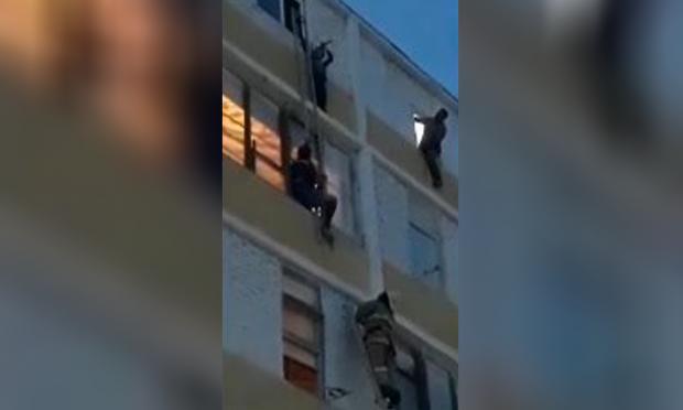 Учқудуқда 5-қаватдаги балконда 8 ёшли бола осилиб қолди (видео)