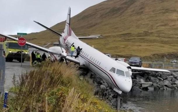 Аляскада йўловчи самолёти сув ҳавзасига қулашига сал қолди