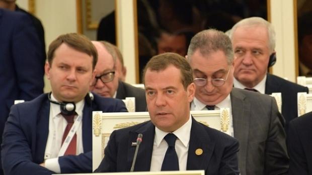 Медведев Тошкентдаги мажлисда доллардан воз кечишни таклиф қилди