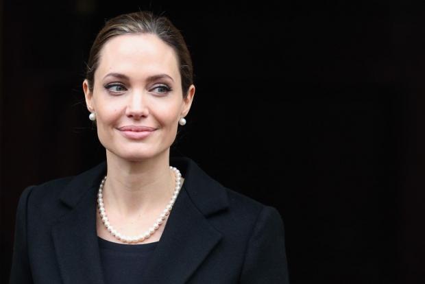 Актриса Анжелина Жоли бомба туфайли суратга олиш жойидан эвакуация қилинди