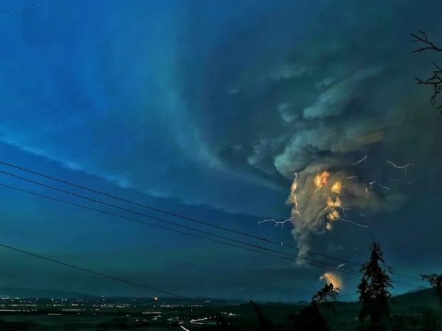 Филиппинда отилган вулқон «Годзилла» ҳақидаги фильмни эслатиб юборади (фото, видео)