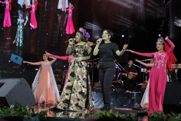 Nilufar Usmonova onasining konsertida bek-vokalda kuyladi