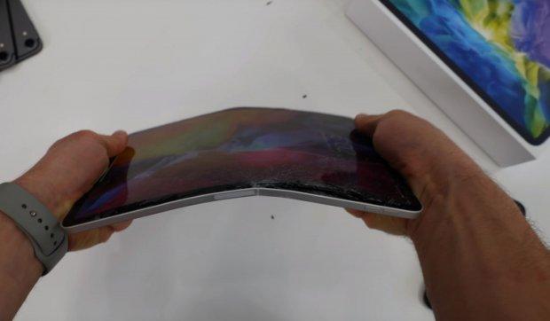 Блогер янги iPad Pro'ни қўллари билан буклаб синдирди (видео)