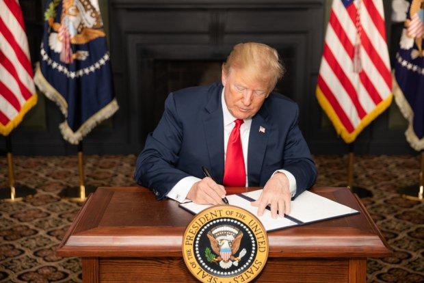 Президент Трамп Хитойни дарғазаб қилган қонунни имзолади