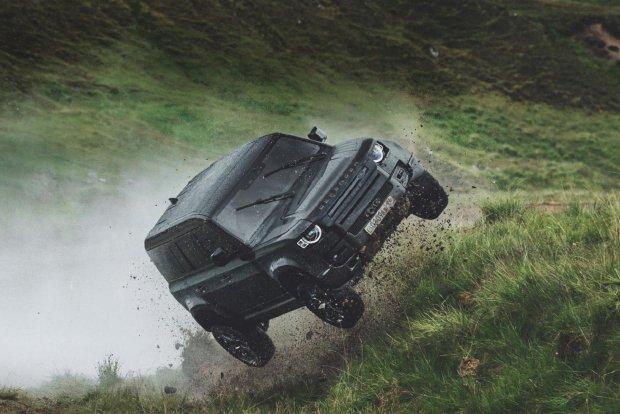 Жеймс Бонд ҳақидаги янги фильмда Land Rover Defender автомобили сальто отади (видео)