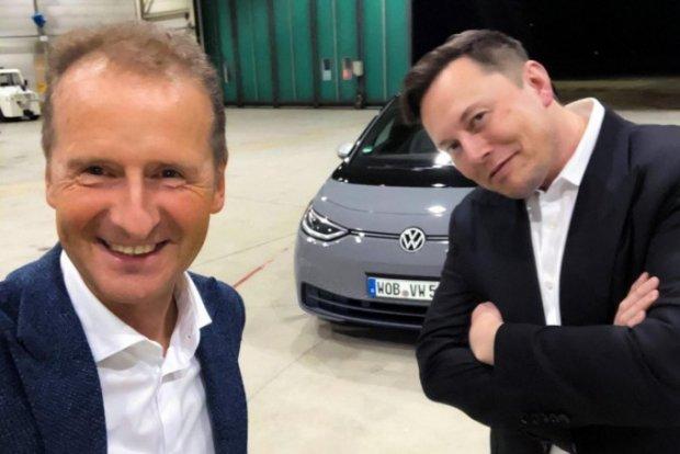 Volkswagen ID.3 электрокарини синовдан ўтказаётган Илон Маск (видео)