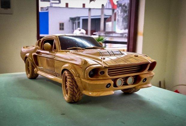 Ishlaydigan «podveska»ga ega yog'ochdan yasalgan Ford Mustang nusxasi sotuvga qo'yildi (video)