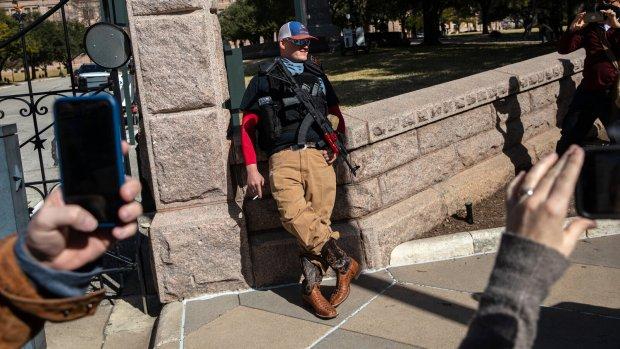Қуролланган америкаликлар тўртта штатдаги парламент бинолари қаршисида тўпланди (видео)