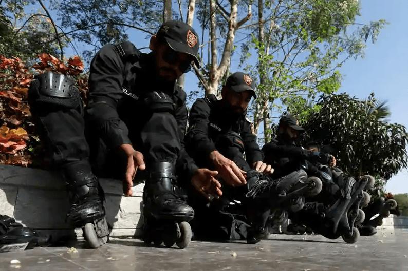 Покистон полициясида махсус бўлим офицерлари қонунбузарларни ғилдиракли конкиларда таъқиб қилади